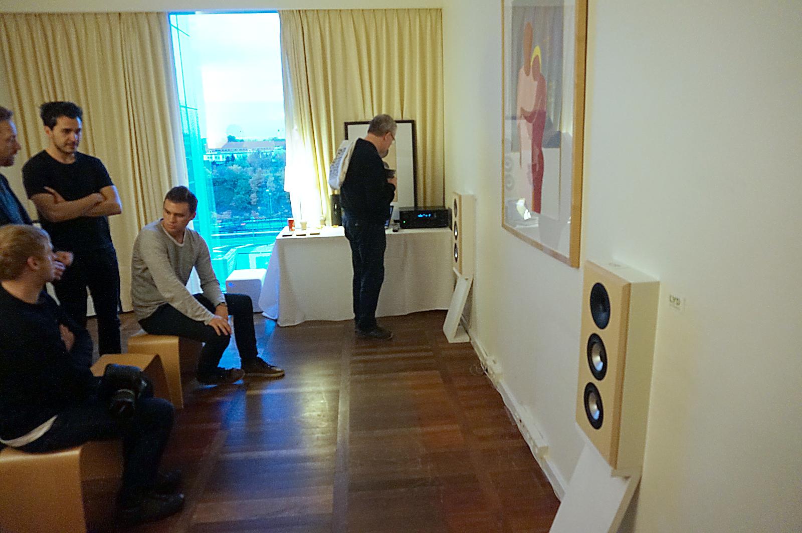 Rummet var lille hos Lyd by Dissing. Heldigvis er højttalerne særdeles placeringsvenlige! Foto: John Alex Hvidlykke, Lyd & Billede