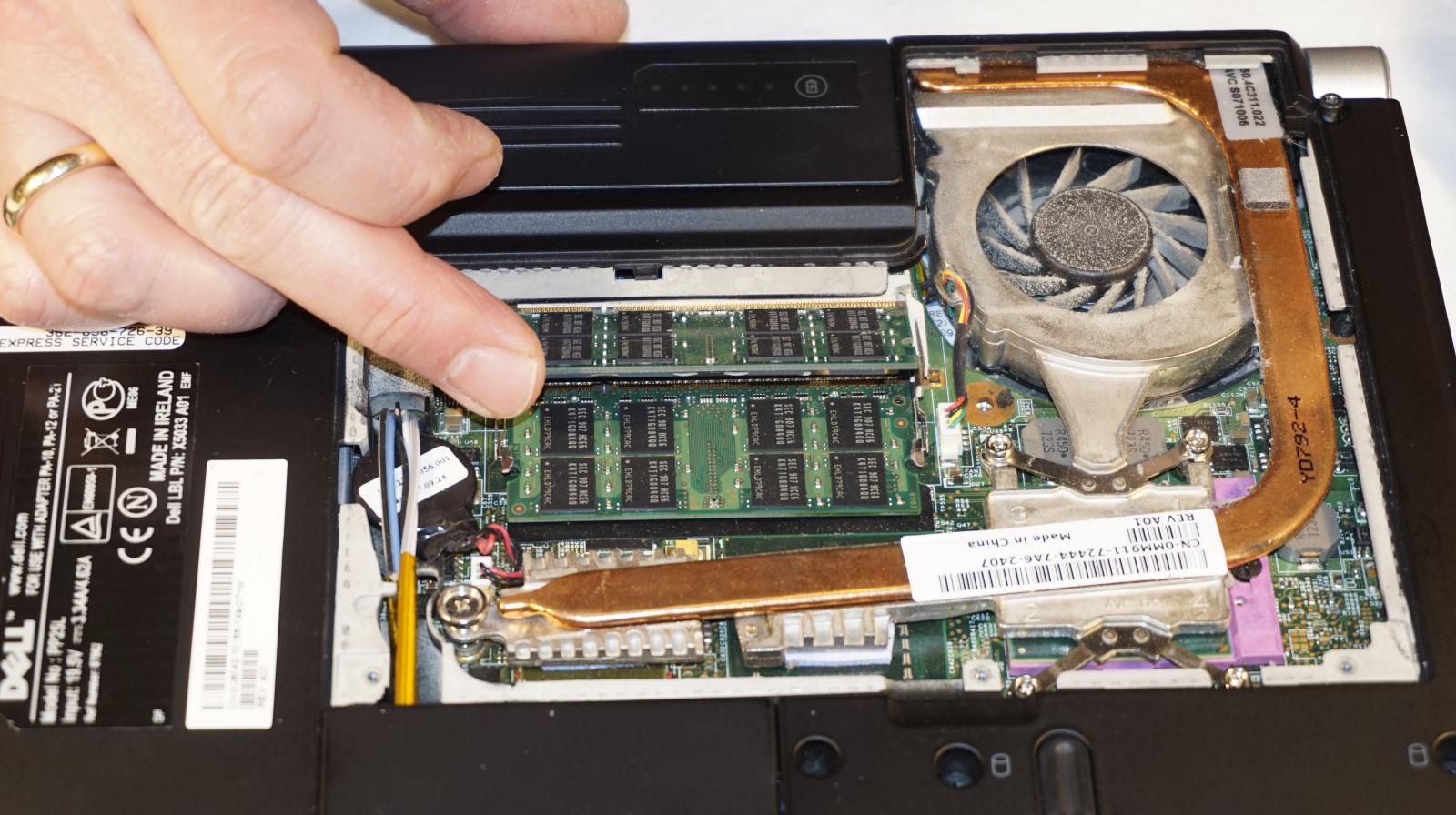 3. Pres den nye RAM forsigtigt ned mod kontakterne i soklen, og vip den på plads i vandret stilling. Når du hører et klik, er den på plads. Foto: John Alex Hvidlykke, Lyd & Billede