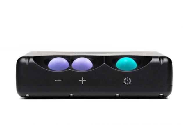 Alt styres med tre knapper, der skifter farve for at angive lydniveau og digitalopløsning.