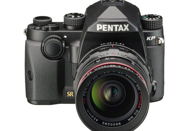 Pentax KP er mindre, end det ser ud til, og minder om et spejlløst systemkamera.