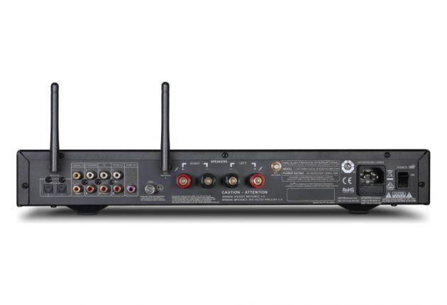 NAD-forstærkeren bagfra, med antenner til streaming.