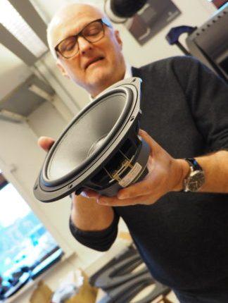 Den bas-enhed, Ole Klifoth holder, er produceret af Scan-Speak efter Audiovectors specifikationer. Foto: Geir Gråbein Nordby