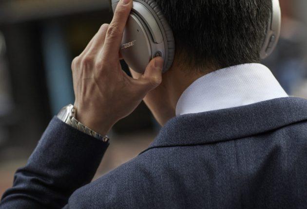 Med en knap på venstre ørekop kan man justere støjreduktionen på QuietComfort 35 II. (Foto: Bose)