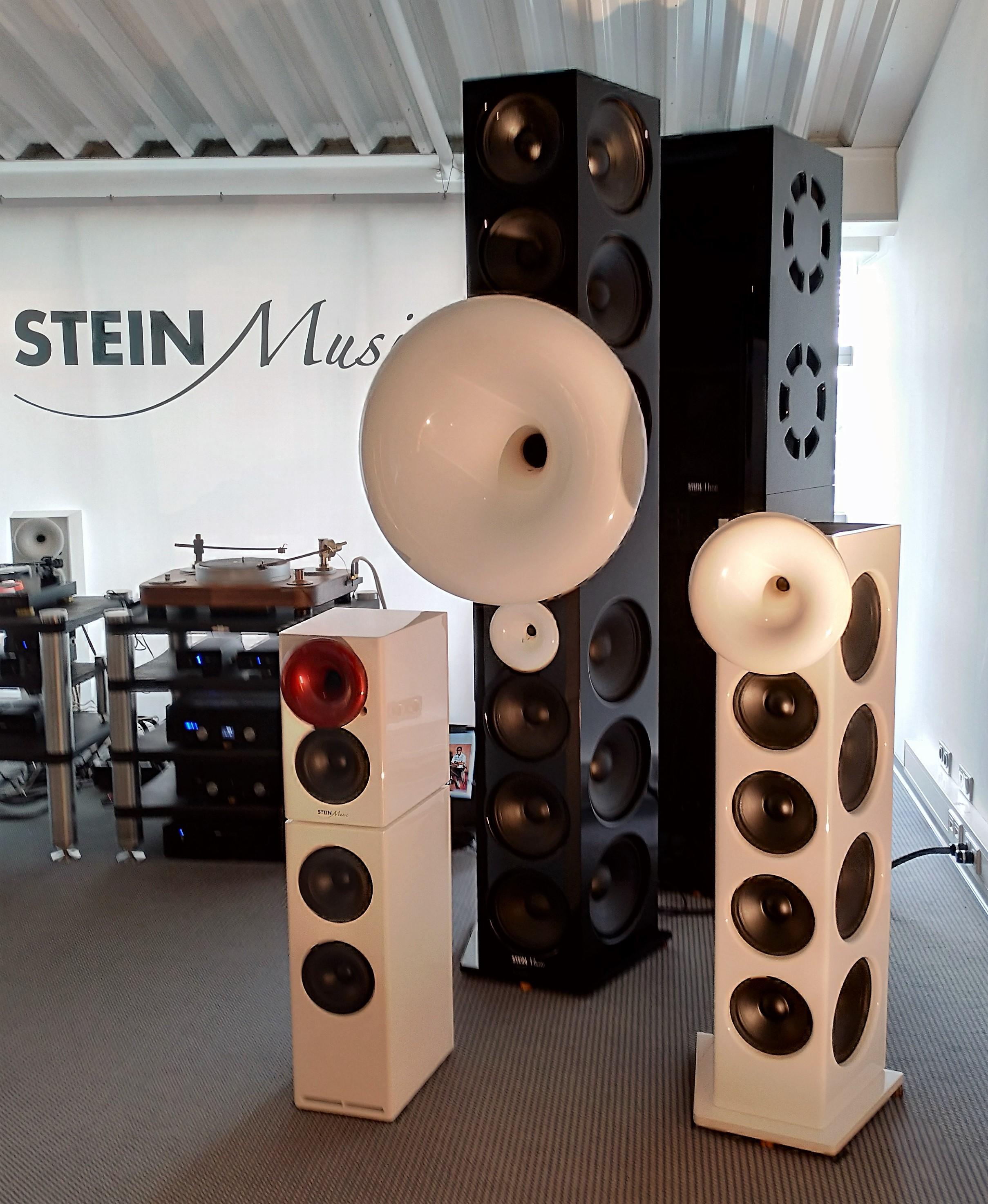 XL (längst bak) från Stein Musik är inte ett rent hornsystem, utan en hybrid med inbyggd 3-kilowatts förstärkare för de åtta (!) 18-tums bashögtalarna på varje sida. Ett stereopar har en sammanlagd membranyta på fyra kvadratmeter! Foto: John Alex Hvidlykke