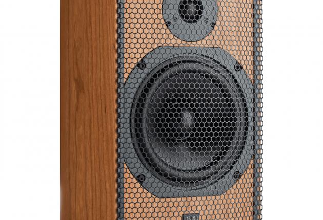 Metalfronterne på SCM11 er ikke specielt pæne. Men de både beskytter og slipper lyden igennem. (Foto: ATC)