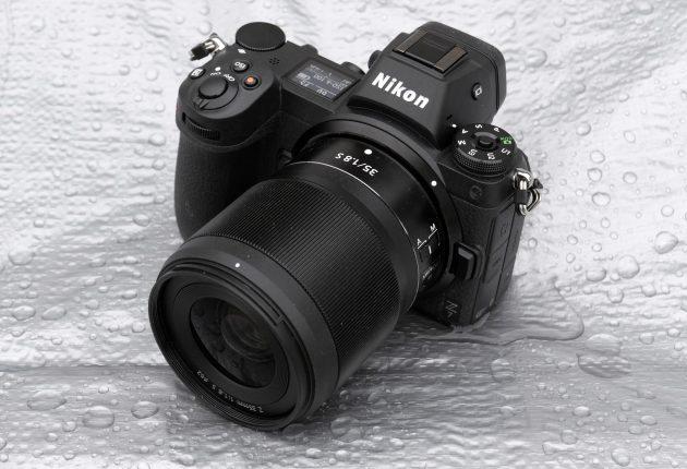 Kamerahuset har omfattende vejrbeskyttelse trods kompakte mål.
