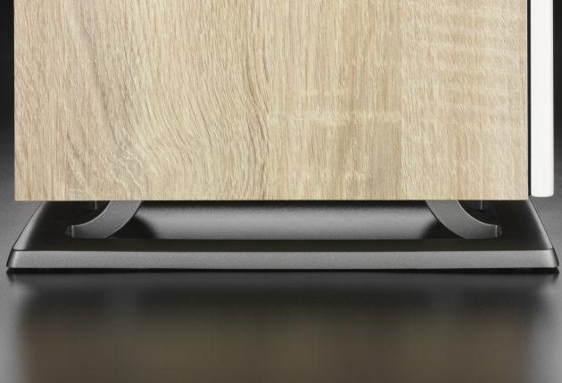 Oberon 7 står på en rigid metalbase, som skal koble den bedre fra underlaget. (Foto: Dali)