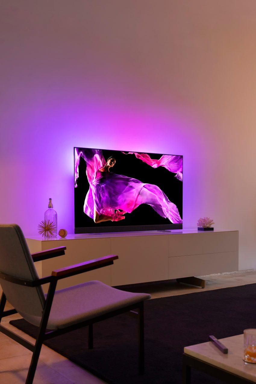 Ambilight-lyset bidrager til at løfte oplevelsen ud over at gøre den  kontrastrige tv-seance mere behagelig for øjnene. (Foto  Philips) 4d206c039c1de