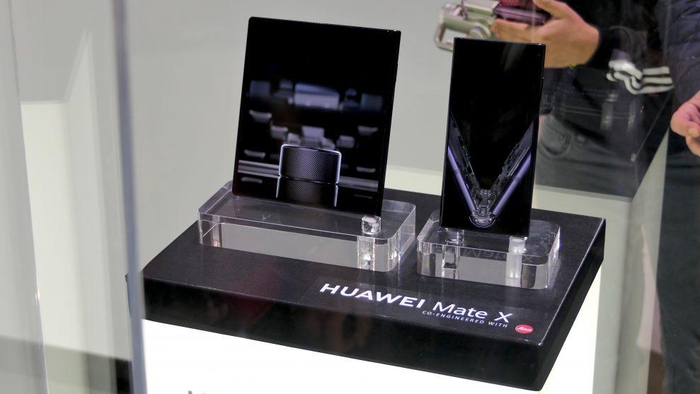 Huawei Mate X visades upp i en glasmonter. Se men inte röra, var regeln som upprätthölls av bestämd säkerhetspersonal. Foto: Peter Gotschalk