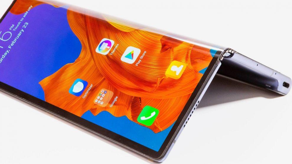Huawei Mate X stora skärm sitter på utsidan, inte på insidan. Därför kan mobilen bli helt platt när skärmen är utfälld. Foto: Huawei