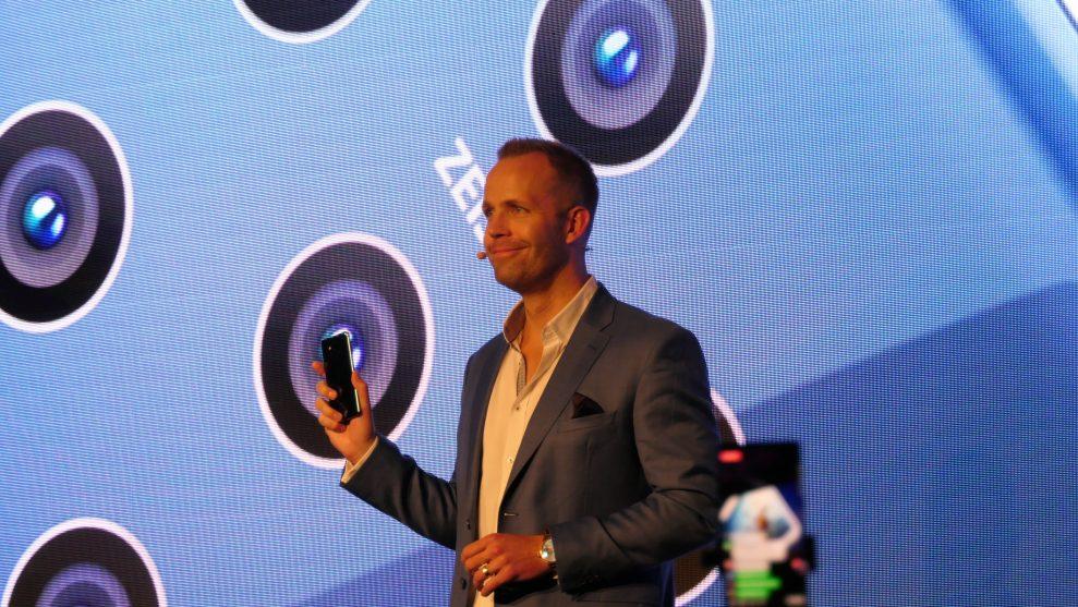 Juho Sarvikas, produktchef på HMD Global, presenterar Nokia 9 PureView på Mobile World Congress i Barcelona. Foto: Peter Gotschalk