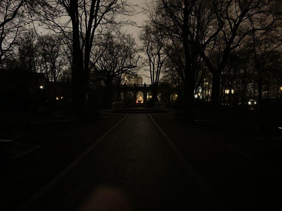 Samma motiv med iPhone Xs. Husen i bakgrunden blir ljusa, men träden och fontänen försvinner i mörkret. Foto: Peter Gotschalk