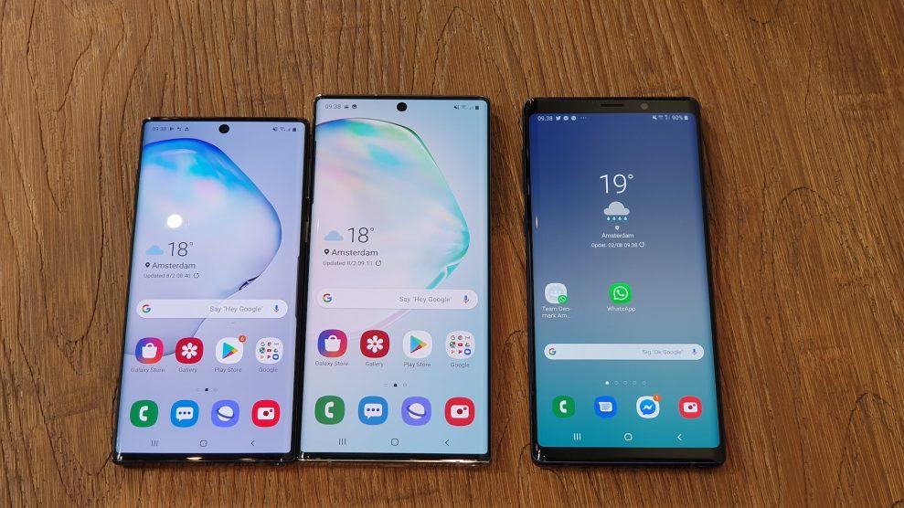 Galaxy Note 10 och 10+ bredvid förra årets Samsung Galaxy Note 9 (till höger). Observera att Note 9 varken har Infinity Display eller utstansad frontkamera. Foto: Peter Gotschalk